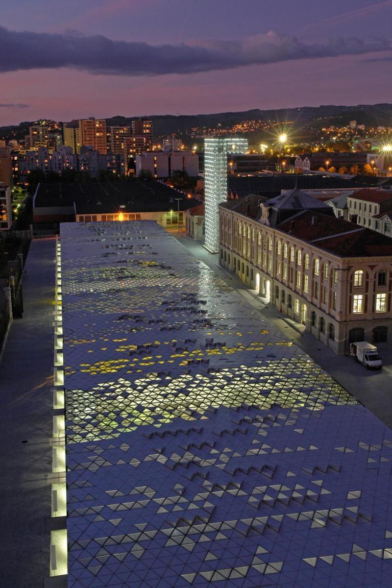 Avec la Biennale internationale, événement ouvert aussi bien à un public professionnel que familial et scolaire, elle démocratise le design et le rend.